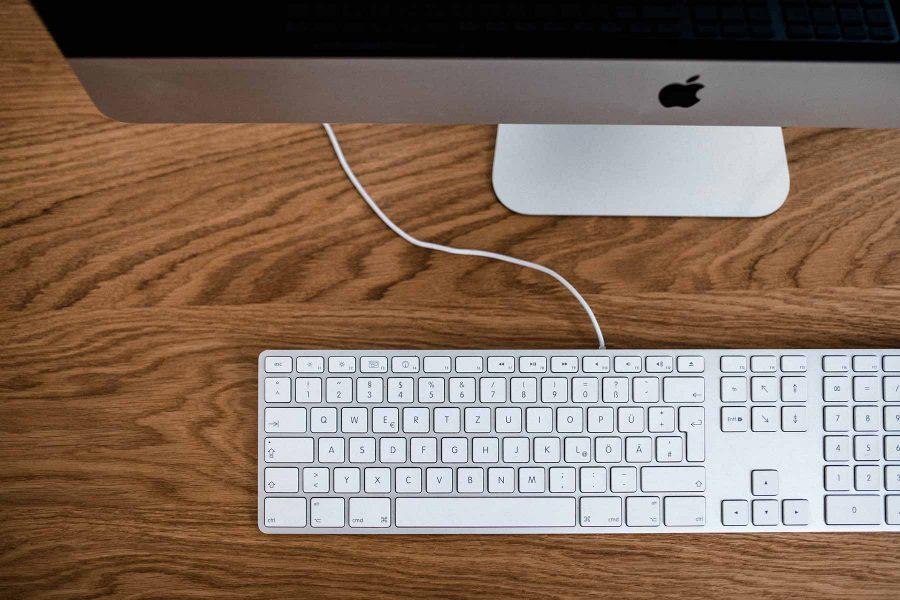 iMac mit Tasstatur auf Schreibtisch für Kontakt zu Videoproduktion