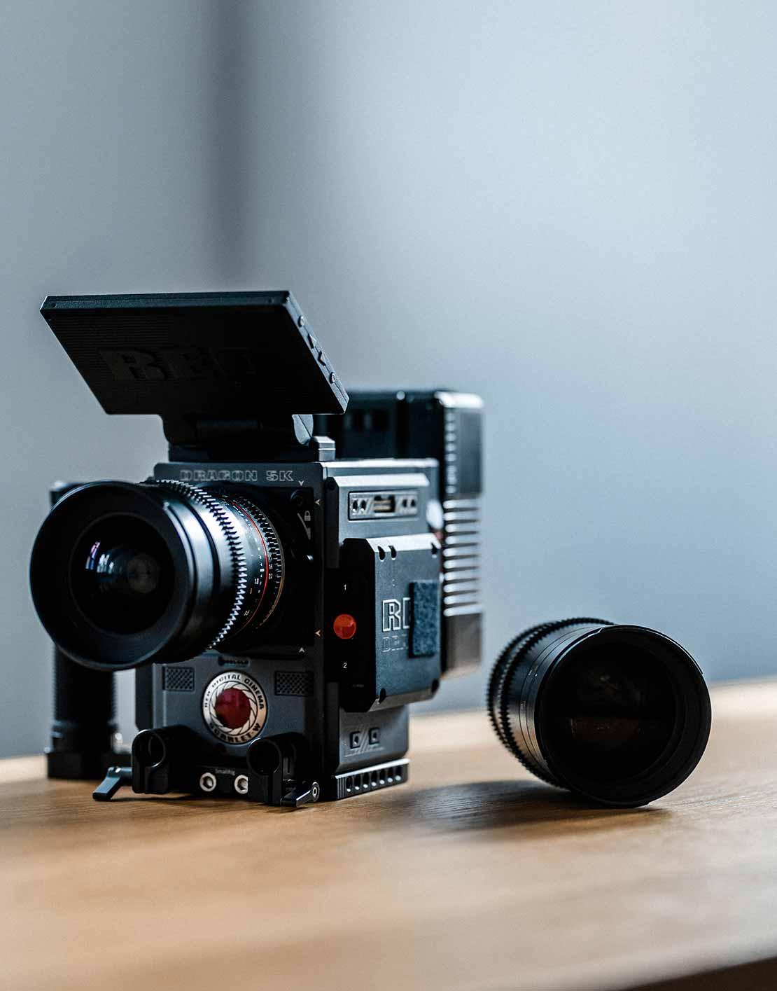 Kamera Red für Videoproduktion steht auf Schreibtisch