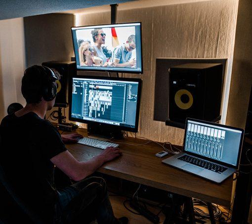 Bild zeigt Cutter beim Schnitt eines Imagefilms, was zu den Kosten eines Imagefilms beiträgt.